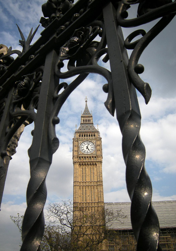 Big-Ben-as-seen-through-the-gates-of-the-Palace-of-Westminster-London.jpg