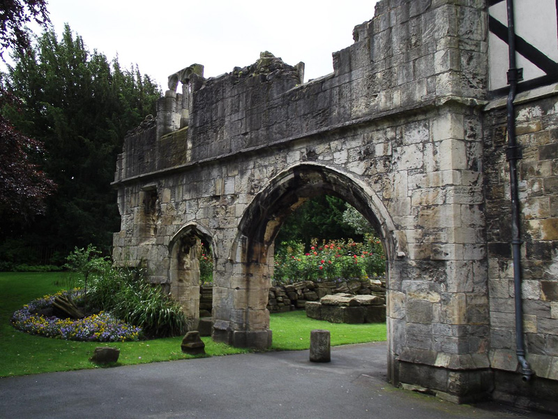 Ruins-in-the-Museum-Gardens-adjacent-to-the-Yorkshire-Museum-in-York.jpg