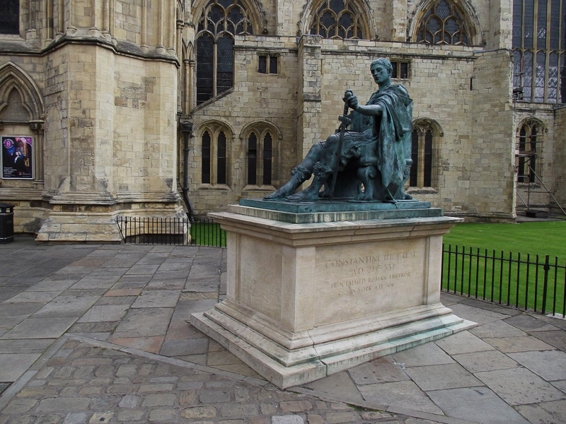 Statue-of-Roman-Emperor-Constantine-at-the-south-transept-of-York-Minste.jpg