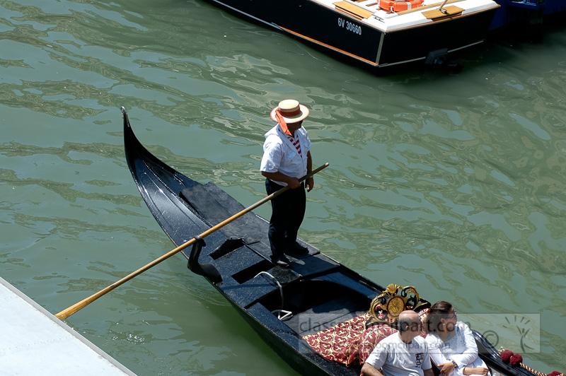 Gondolier-on-gondola-with-tourists-1686.jpg
