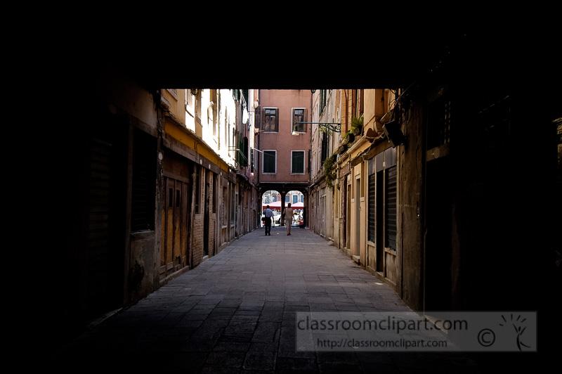 Narrow-alley-in-Venice-Italy-8361.jpg