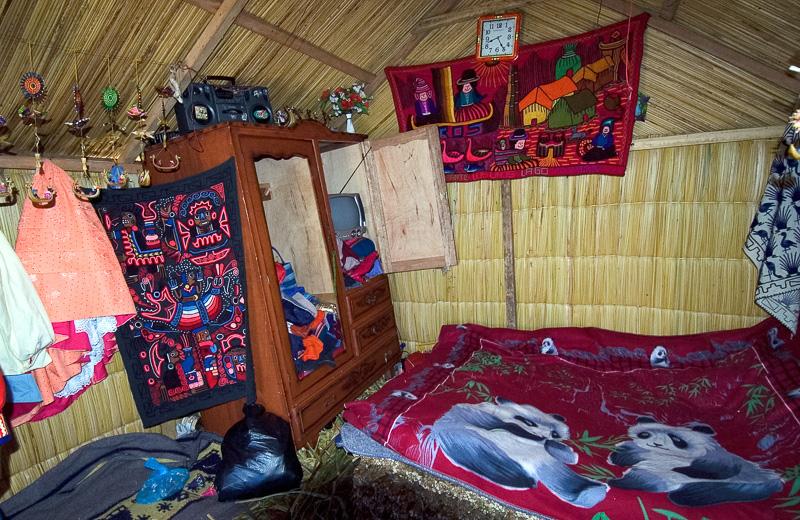 Interior-reed-huts-Lake-Titicaca-Photo-117.jpg