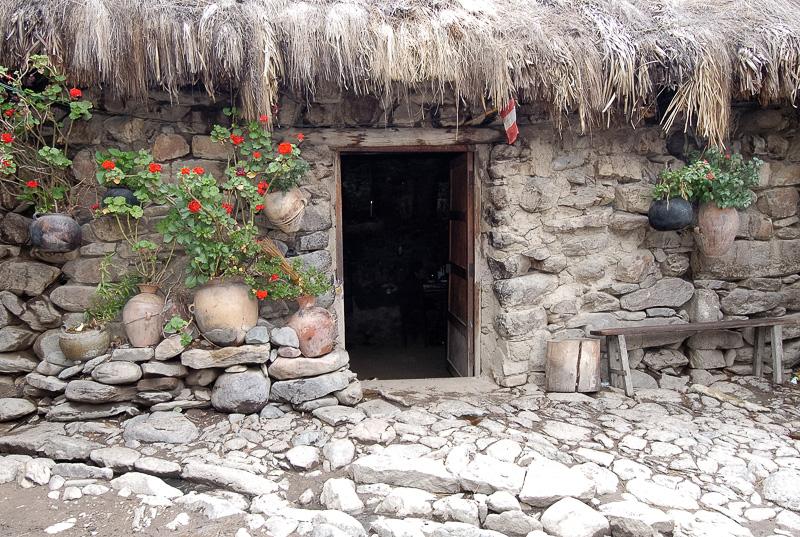 Entrance-rock-adobe-style-home-in-Ollantaytambo-Peru-06.jpg
