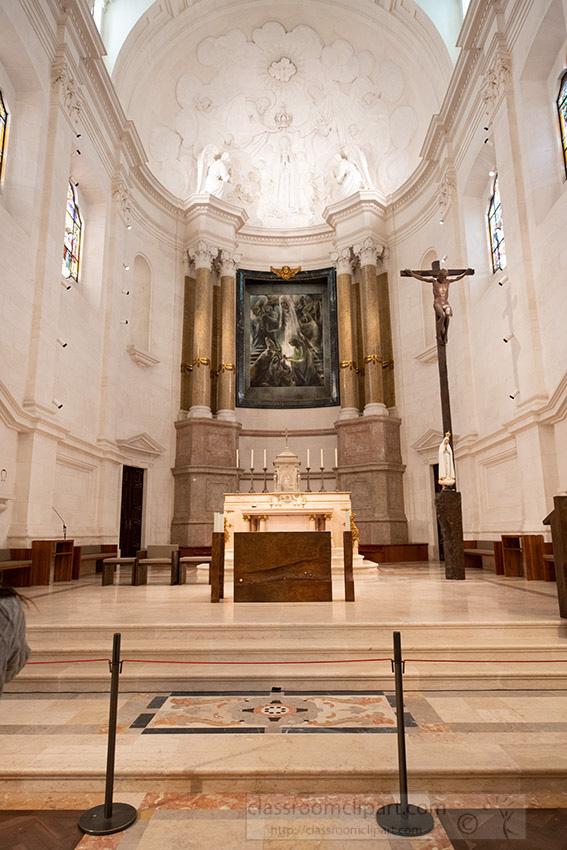 inside-our-lady-of-fatima-basilica-portugal_8504204.jpg