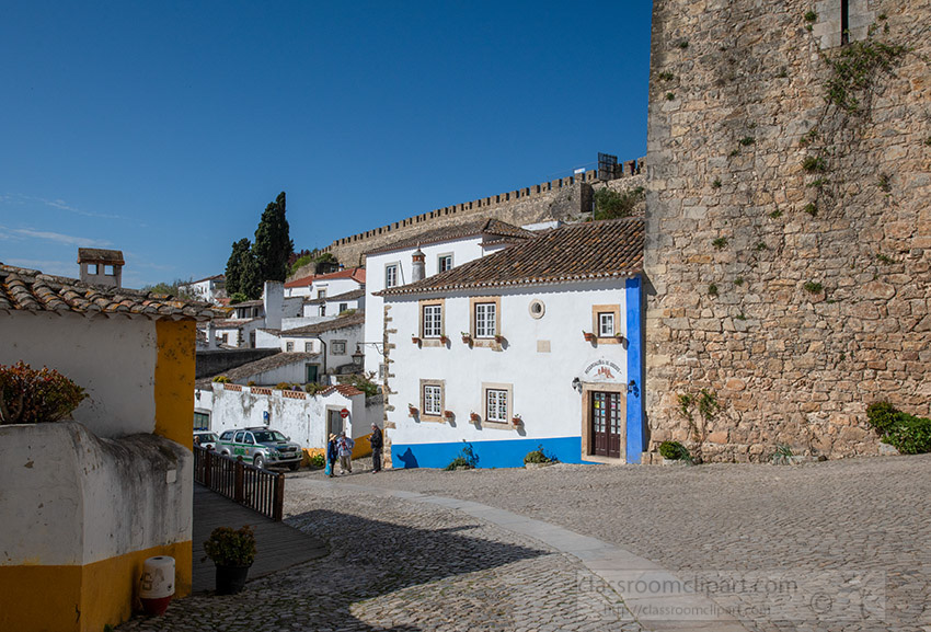 white-washed-building-cobble-stone-street-obidos-portugal_8504063.jpg