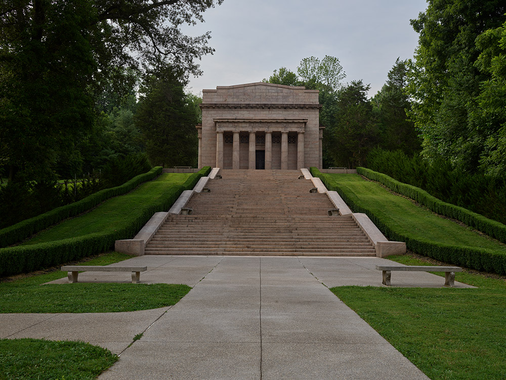 memorial-to-president-abraham-lincoln-at-the-lincoln-birthplace-site-in-hodgenville-kentucky.jpg