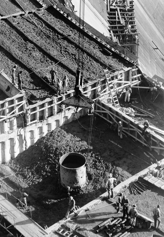 Pouring-concrete-in-hoover-dam.jpg