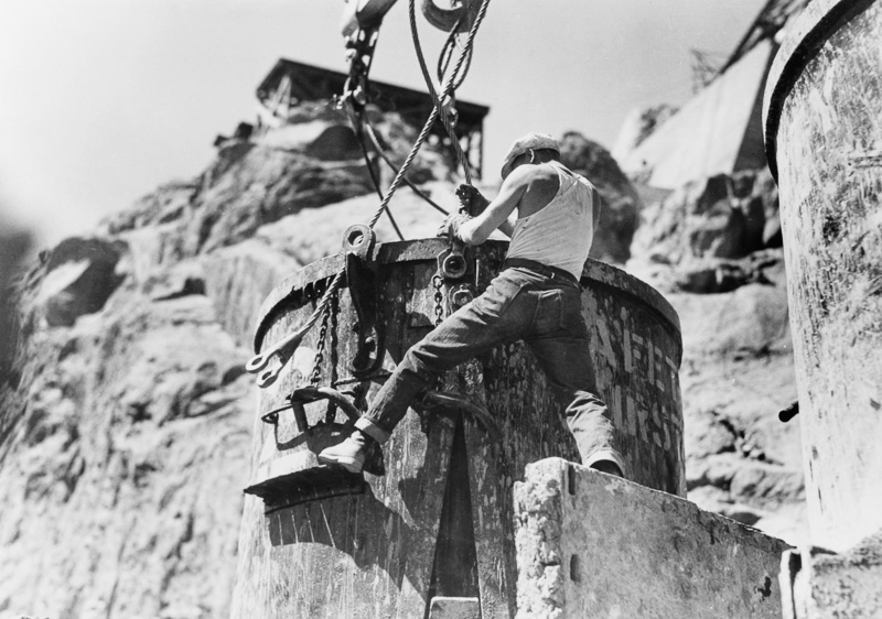 Workman-attaching-cables-boulder-dam-1934.jpg