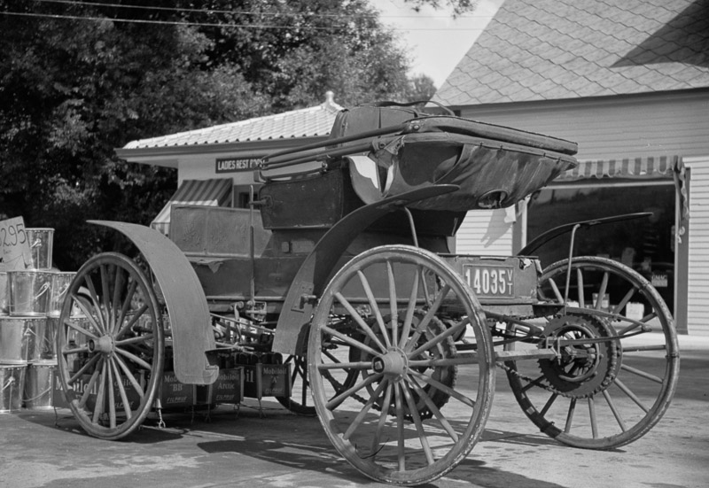 photo-old-horseless-carriage-at-gasoline-station-near-lost-river-new-hampshire-1936.jpg