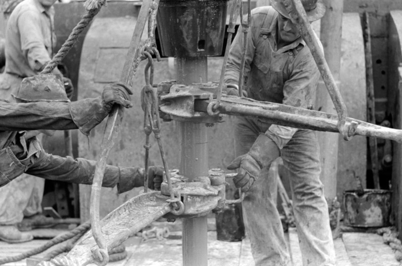photo-oil-field-workers-releasing-pipe-wrenches-from-drill-pipe-oil-well-kilgore-texas-1939.jpg