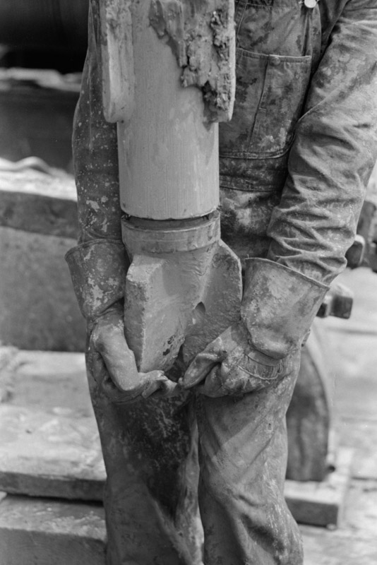 photo-screwing-on-the-bit-oil-well-kilgore-texas-1939.jpg