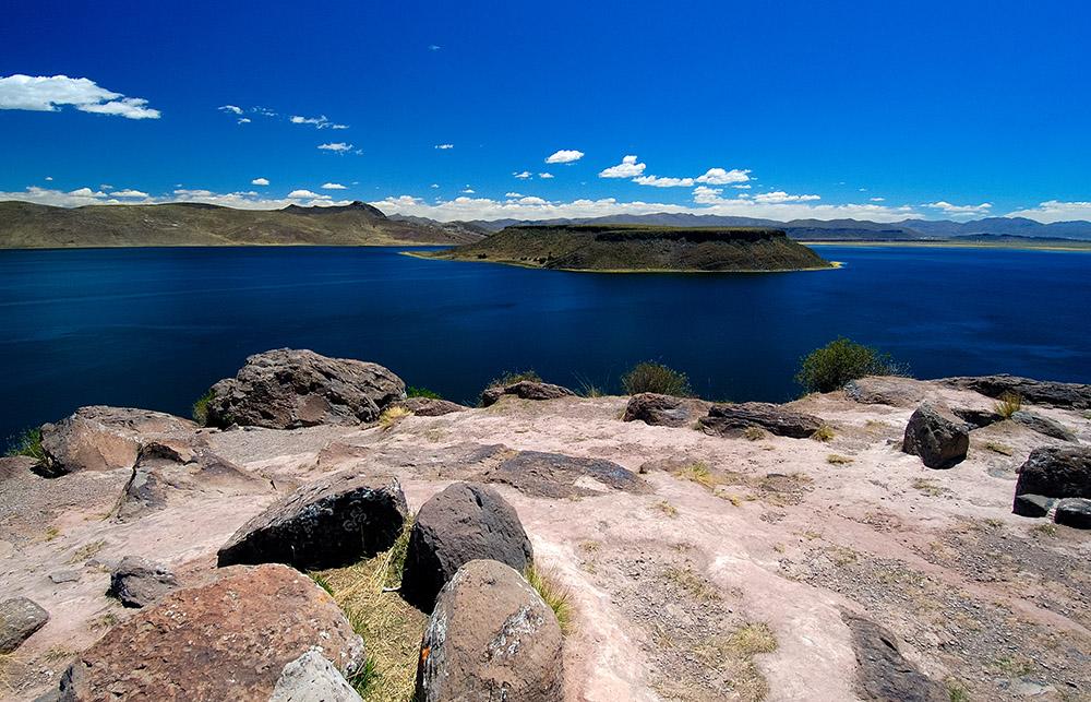 rocks-on-shorline-of-lake-umayo-near-puno-in-peru.jpg