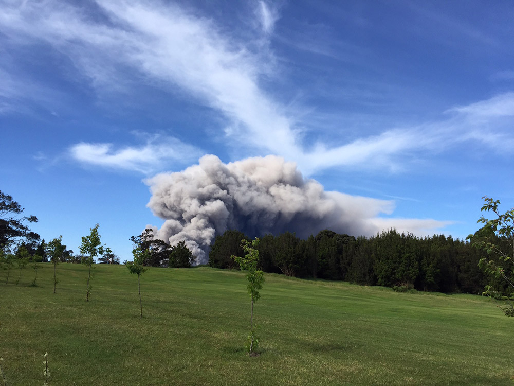 ash-plume-viewed-from-the-volcano-golf-course-near-hawai.jpg