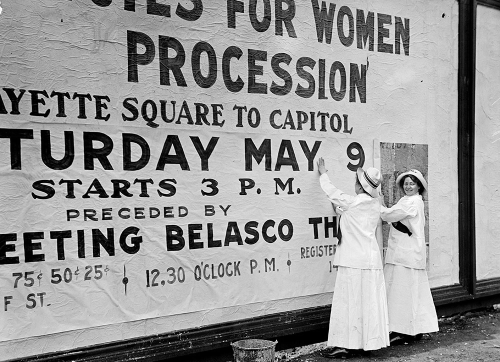 woman-suffrage-at-white-house-with-banners-1914.jpg