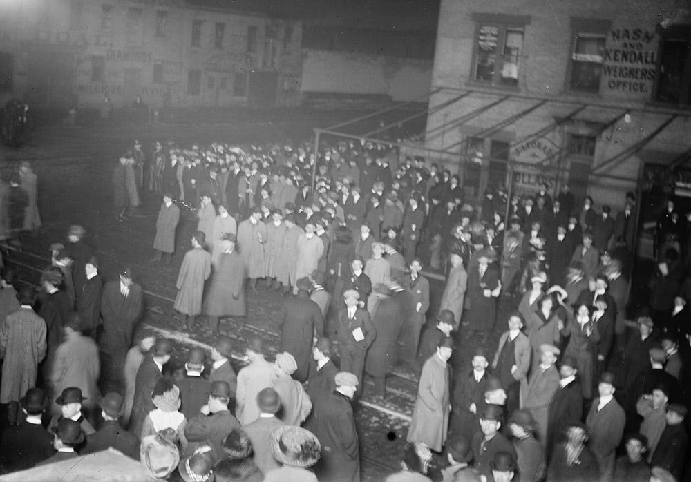 crowd-awaiting-titanic-survivors-1912.jpg