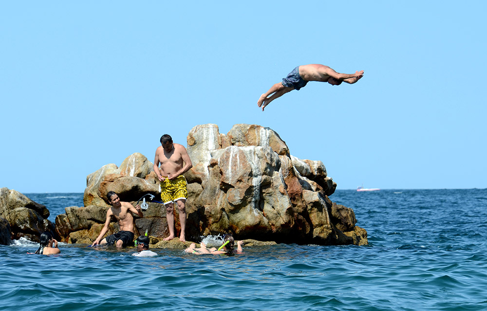 diving-off-rocksb.jpg