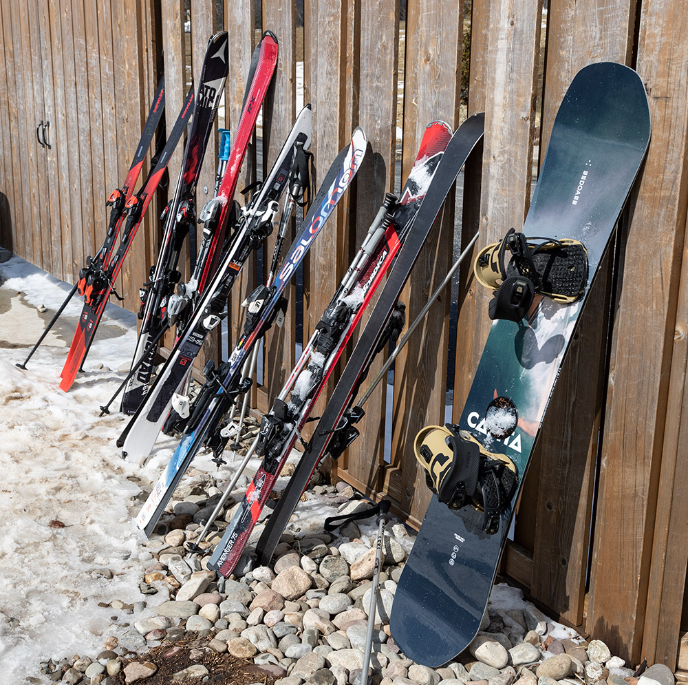 skis-and-a-snowboard-leaning-again-wall.jpg