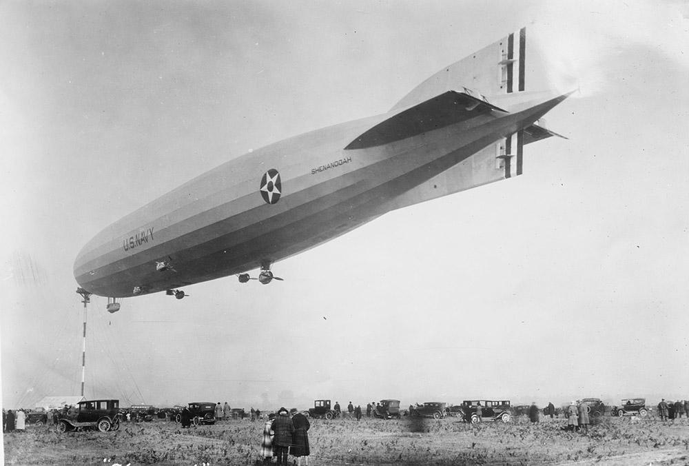 shenandoah-at-her-mooring-mast-tacoma-washigton-1924.jpg