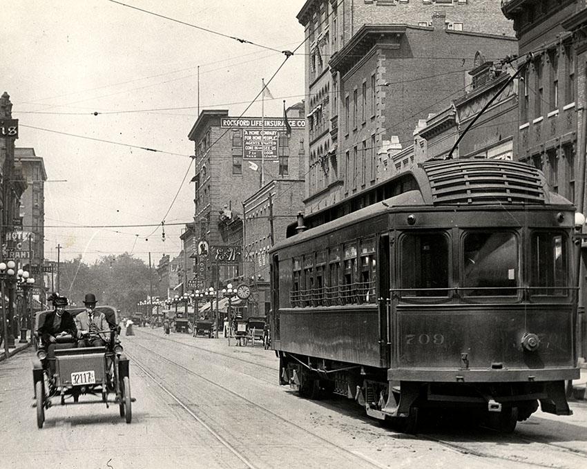 street-railway-scene-in-rockford-iliinois-1932.jpg