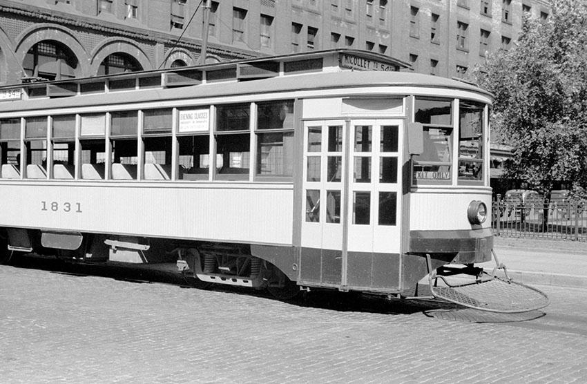 streetcar-on-streets-of-minneapolis-minnesota-in-1939.jpg