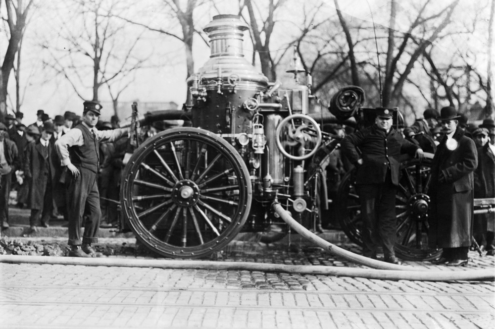 Two-firemen-with-fire-engine-1909.jpg