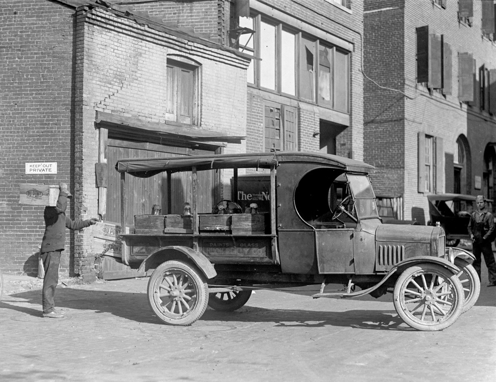 ford-motor-co-automobile-1925.jpg