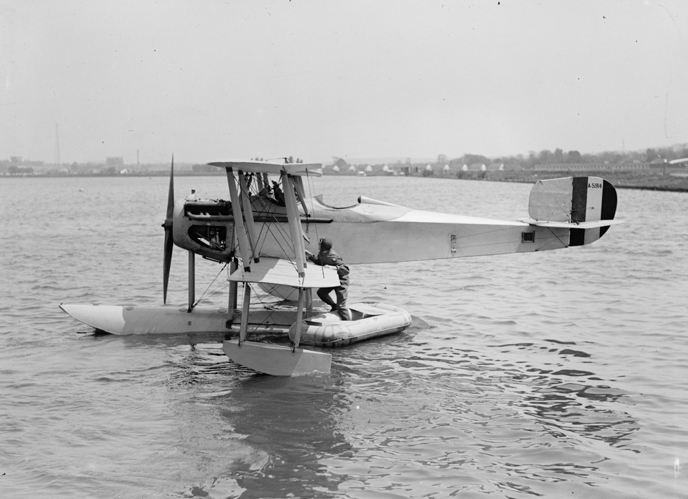 sea-plane-with-rubber-life-boat-1925.jpg