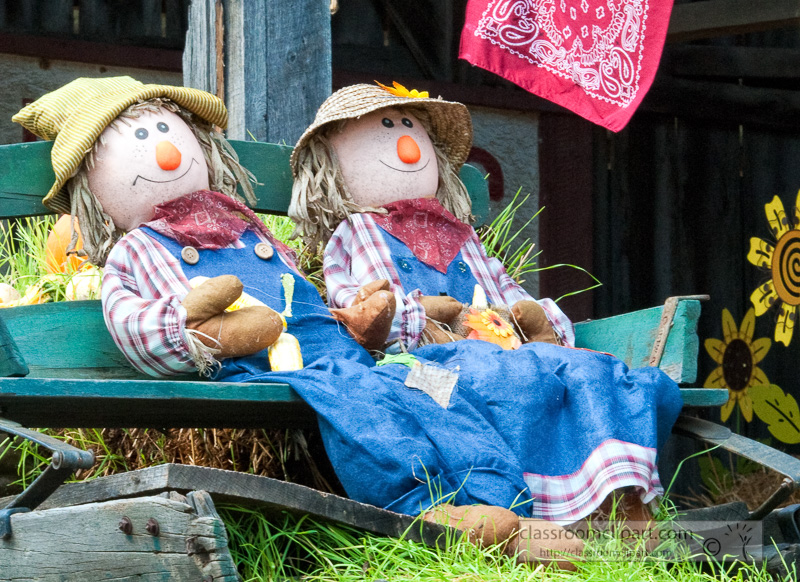 two-fall-scarecrows-on-wagon-100817.jpg