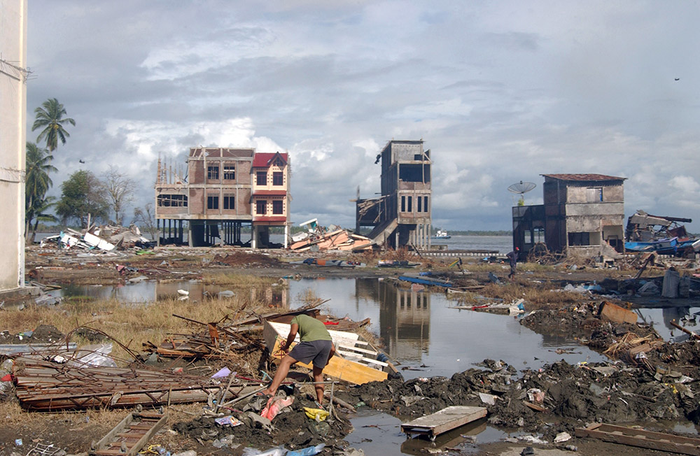 debris-litters-the-city-of-meulaboh-indonesia.jpg