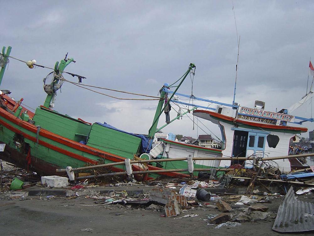 tsunami-sumatra-indonesia-boat-washed-ashore.jpg