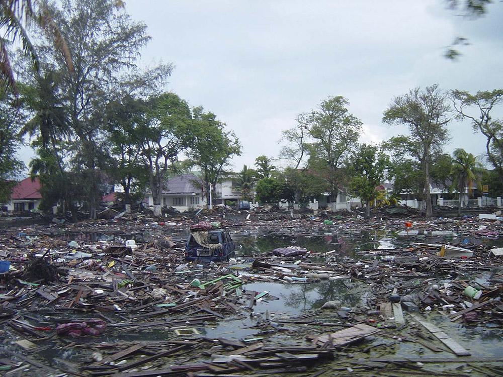 tsunami-sumatra-indonesia-destruction-in-streets_017.jpg