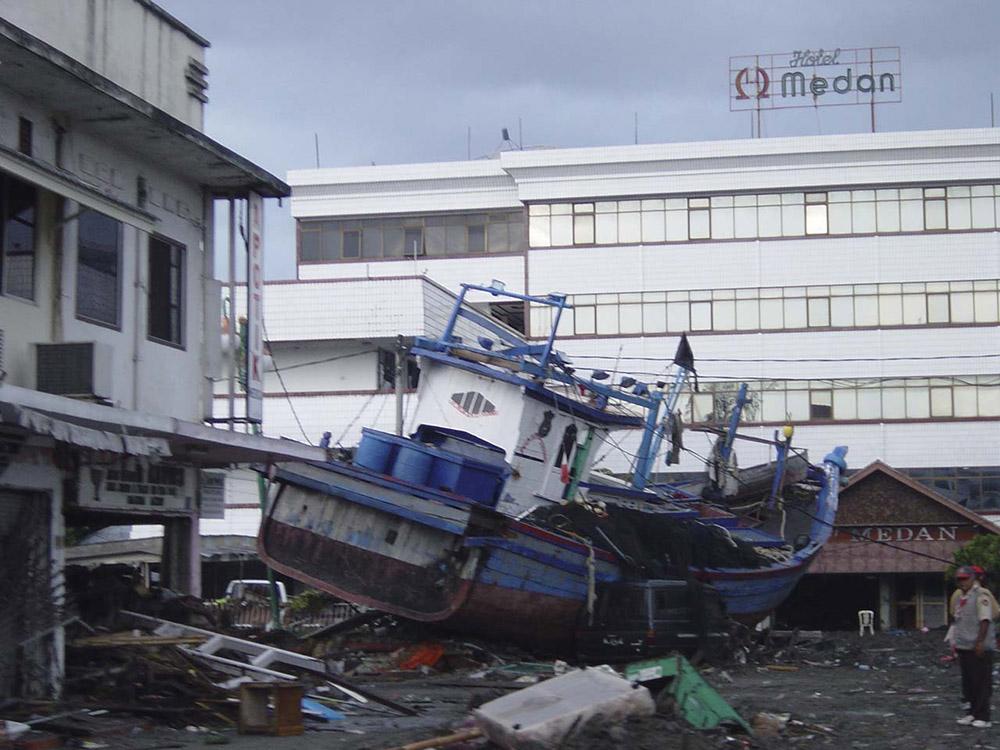 tsunami-sumatra-indonesia-destruction-in-streets_018.jpg