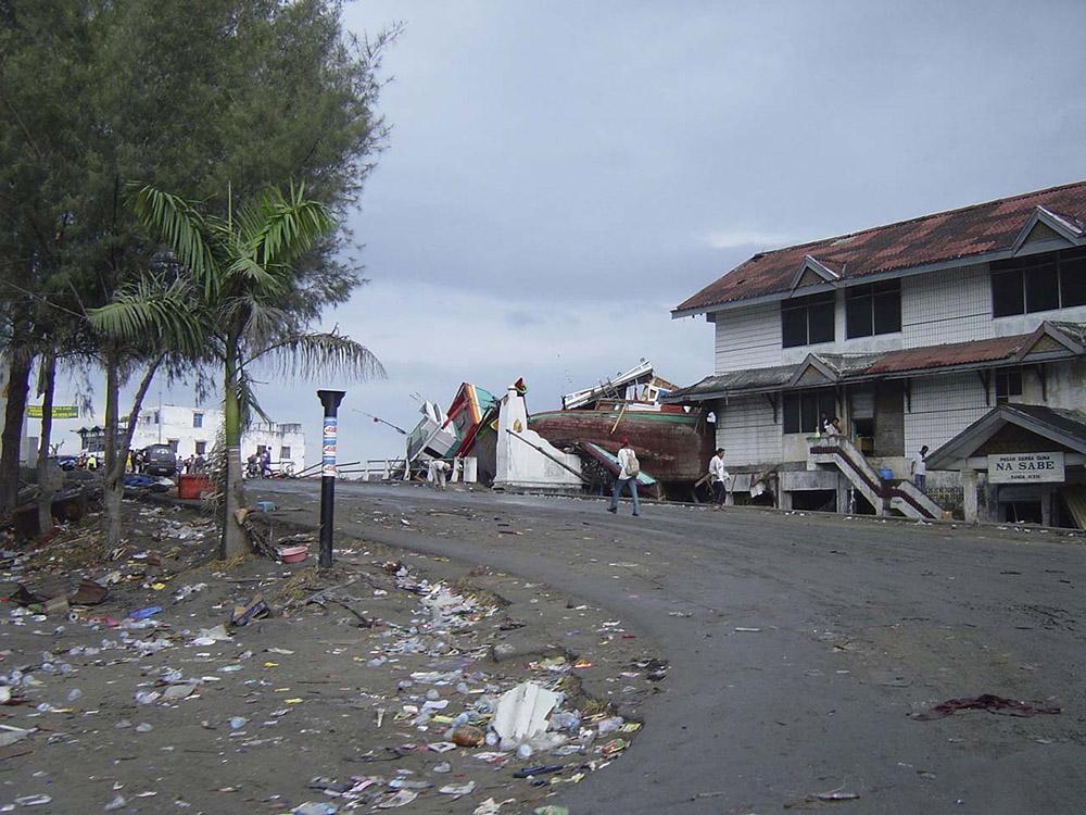 tsunami-sumatra-indonesia-destruction-in-streets_019.jpg