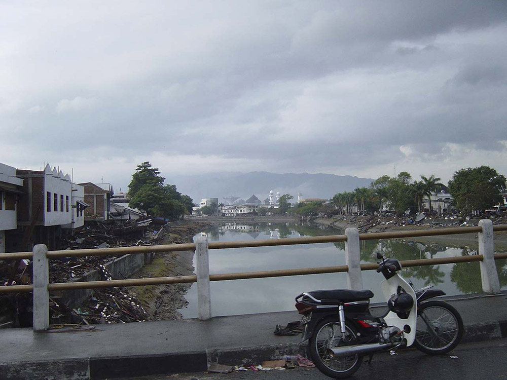 tsunami-sumatra-indonesia-destruction-in-streets_020.jpg