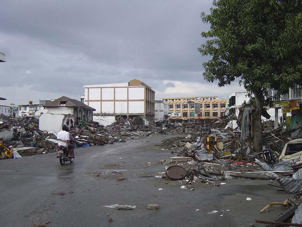 tsunami-sumatra-indonesia-destruction-in-streets_022.jpg