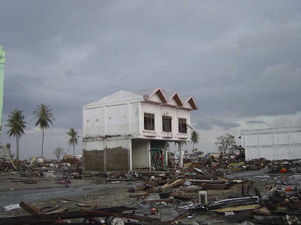 tsunami-sumatra-indonesia-destruction-in-streets_023.jpg