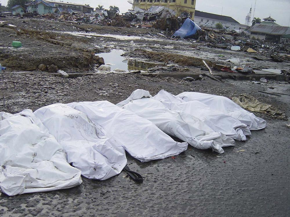 tsunami-sumatra-indonesia-destruction-in-streets_024.jpg
