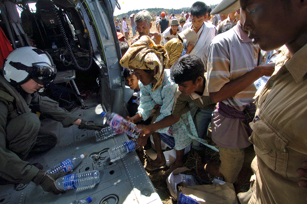 us-military-personel-passes-out-water-to-victims.jpg