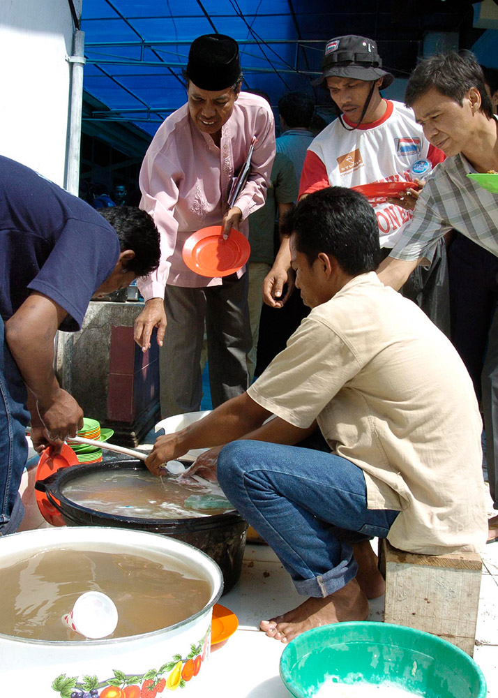 victims-of-the-devastating-tsunami-wash-their-dishes.jpg
